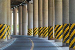 Obiekty w skrajni drogi – oznakowanie