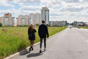 Ruch pieszych wzdłuż drogi
