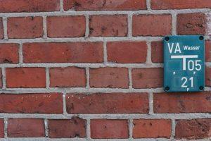 Tabliczki wodociągowe – co oznaczają?