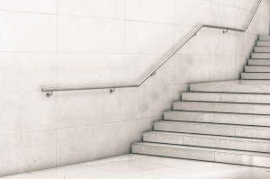 Poręcze i balustrady – kiedy należy je stosować?