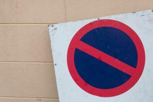 Zakaz postoju (znak B-35)