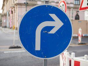 Nakaz jazdy w prawo (przed znakiem i za znakiem)