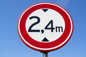Zakaz wjazdu samochodów ciężarowych (o szerokości / wysokości ponad … m)