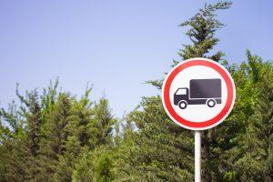 Zakaz wjazdu pojazdów (o długości / masie całkowitej większej niż …)