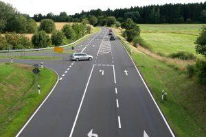 Skrzyżowanie z drogą podporządkowaną – znak drogowy A-6