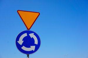 Ustąp pierwszeństwa – znak ostrzegawczy A-7