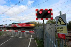 Przejazd kolejowy z zaporami – znak ostrzegawczy A-9