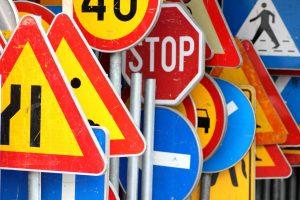 Gdzie kupić znaki drogowe, ile to kosztuje, kto stawia i jak zadbać o legalność?