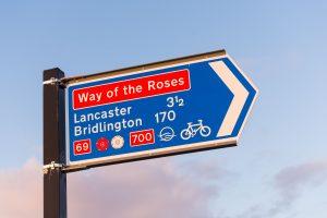 W jaki sposób ustawia się znaki kierunku i miejscowości?
