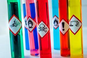 Znaki niebezpieczeństwa na opakowaniach: przegląd oznaczeń i symboli ostrzegawczych