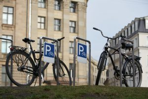Stojaki na rowery: wymiary, ceny i rodzaje – gdzie kupić miejskie stojaki rowerowe?