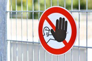 Nieupoważnionym wstęp wzbroniony: co oznaczają znaki, tabliczki i gdzie je kupić?
