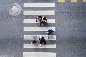 Bezpieczne przejście dla pieszych – jak należy się zachować na zebrze?