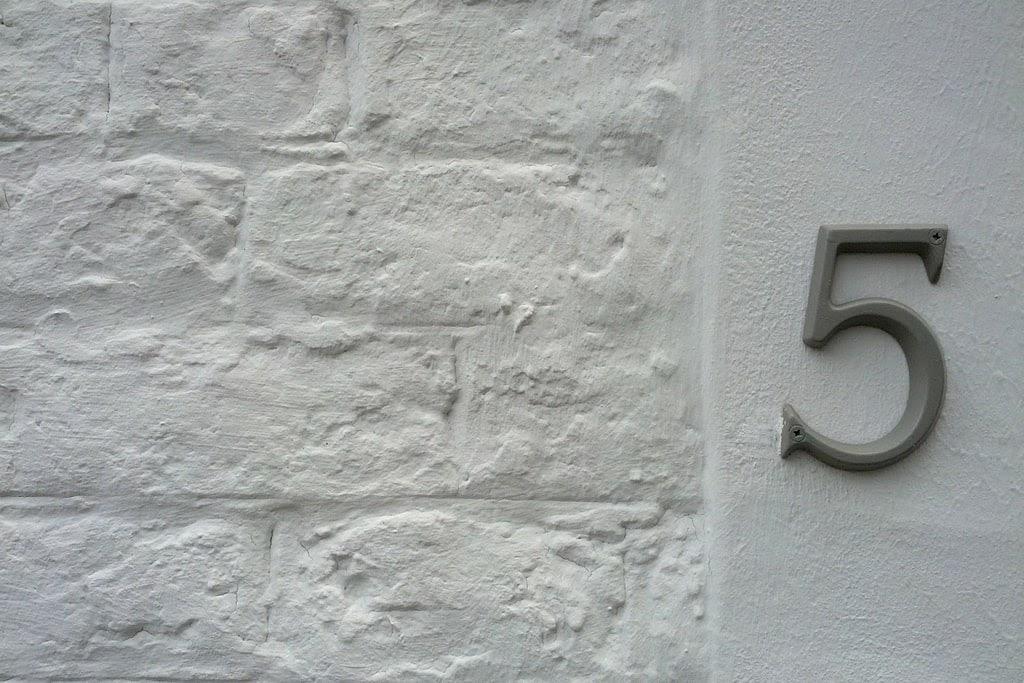 nr budynku na ścianie