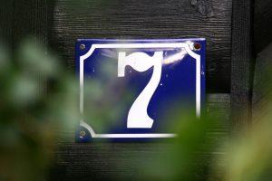 Tabliczka z numerem nieruchomości a przepisy: jak prawidłowo oznakować nowy dom?