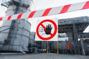 Znaki zakazu BHP – jak wpływają na bezpieczeństwo w miejscu pracy?