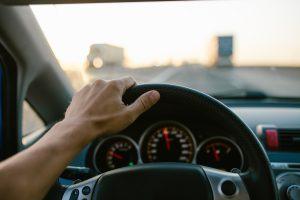 Bezpieczna prędkość i minimalny odstęp między autami – co mówią przepisy?