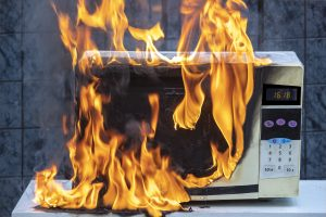 Gaszenie urządzeń elektrycznych: czym gasić i jaka gaśnica będzie odpowiednia?