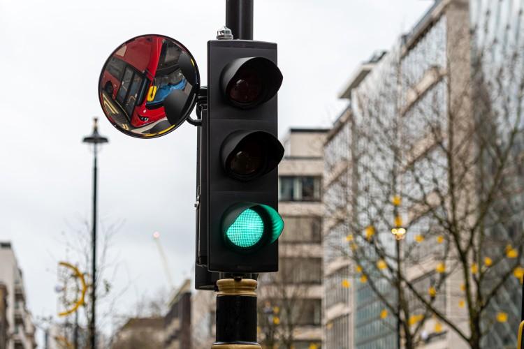 sygnalizator świateł z lustrem drogowym