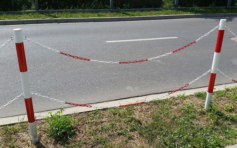 Ogrodzenie łańcuchowe ze słupkami - biało-czerwone