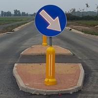Znak aktywny podświetlony C-9 Nakaz jazdy z prawej strony znaku U-5c pylon przeszkodowy na wysepce