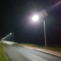 Lampa uliczna z panelem słonecznym oraz turbiną wiatrową na slupie w nocy
