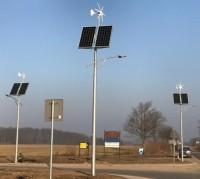 Lampy uliczna z panelami słonecznymi oraz turbiną wiatrową na slupach w dzień