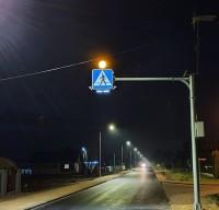 Aktywne przejście dla pieszych świeci w nocy