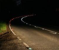 Kocie oczka na drodze w nocy