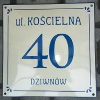 Tabliczka adresowa, emaliowana z adresem, nazwą ulicy oraz numerem, ozdobna